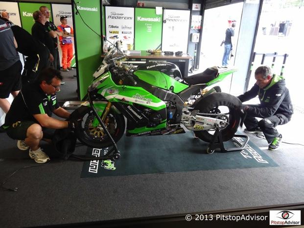 Meccanici del Team Pedercini @ SBK Monza 2013-s