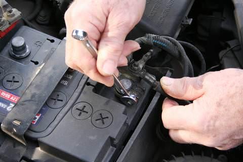 Come si fa a cambiare la batteria dell'auto