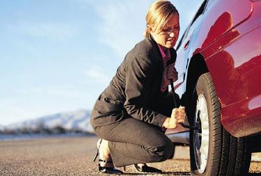 Cambiare una gomma bucata all'auto