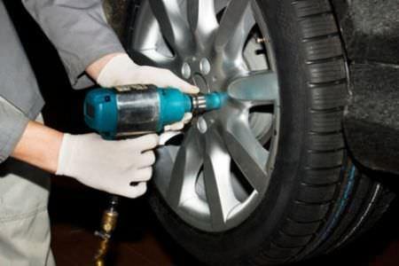 Gommista - montaggio delle gomme per auto