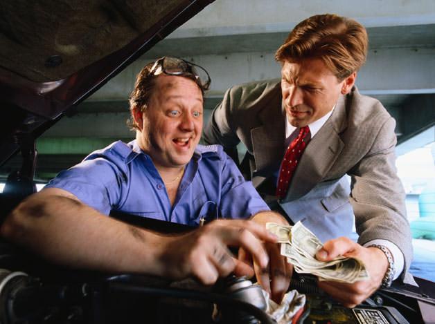 Meccanico auto che vuole fregare il cliente
