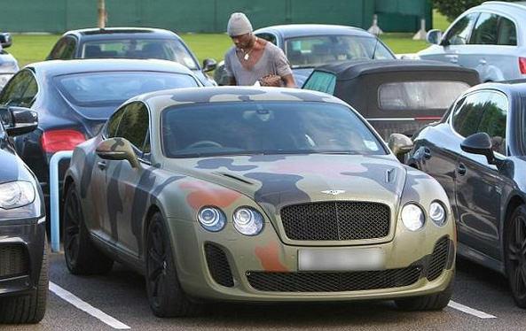 I 5 calciatori con le auto più brutte (FOTO)-mario-balotelli-bentley-mimetica