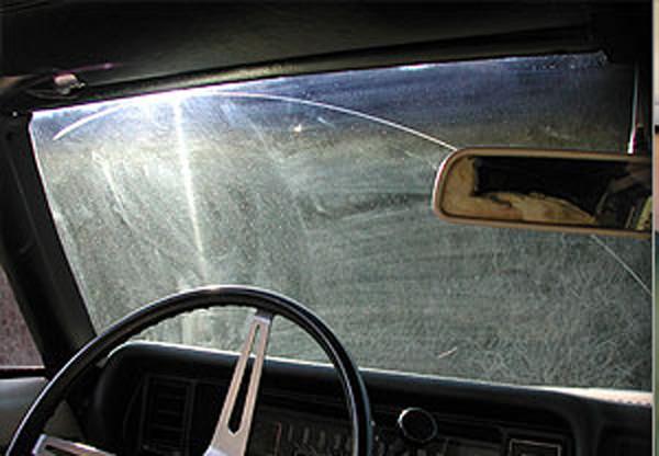 Graffi sul parabrezza dell'auto- come toglierli