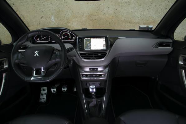 Confronto auto costi chilometrici consumi e prezzi di for Interno peugeot 208
