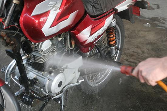 Lavaggio moto e scooter fai da te- come lavare bene la moto da soli