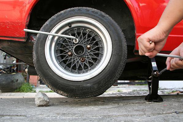 Cric auto, come si usa? Ecco come sollevare l'auto con il cric.