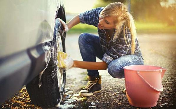 Errori pulizia auto: cosa non fare quando si pulisce la macchina?