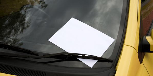 Biglietto sul parabrezza dell'auto: come funziona questa truffa?