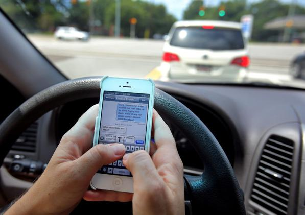 Smartphone alla guida, è allarme: il 60% dei giovani manda messaggi al volante