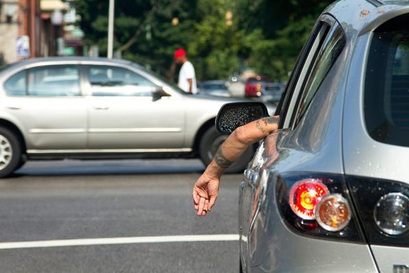 Guidare con il braccio fuori dal finestrino: rischi una multa!