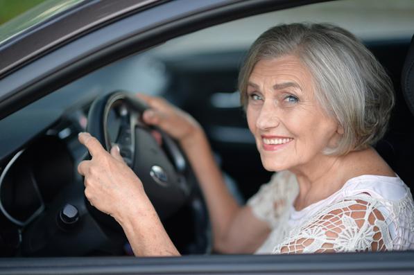 Anziani alla guida: regole e consigli per i nonni che guidano l'auto