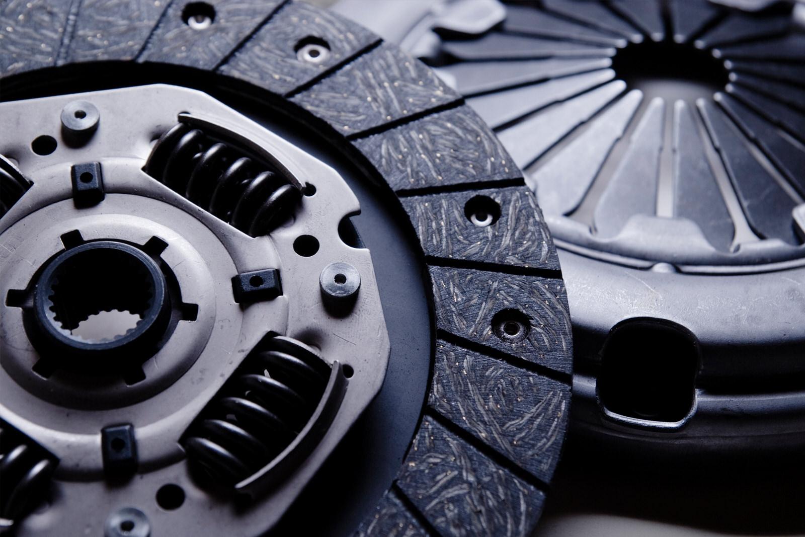 Frizione auto, quando cambiarla o rigenerarla? Come vedere se è consumata o bruciata e prezzi