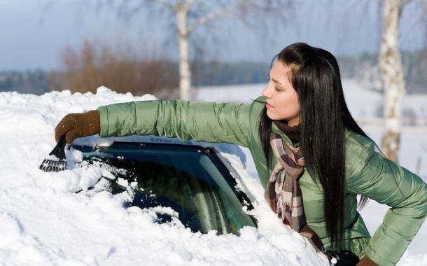 Accessori da tenere in auto in inverno: oggetti e utensili utili per quando fa freddo