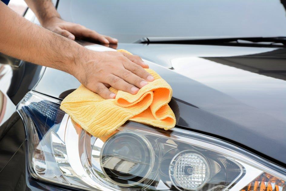 Lavaggio auto a secco: come si fa la lavare la macchina senza acqua? Vantaggi e svantaggi