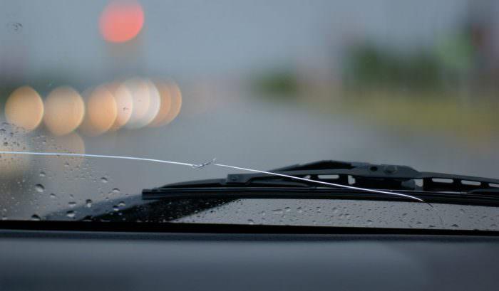 Riparazione vetri auto: come fermare una crepa sul parabrezza con il kit fai da te?