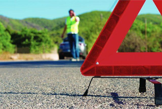 Auto ferma in autostrada: cosa fare e chi chiamare se la macchina è in panne?