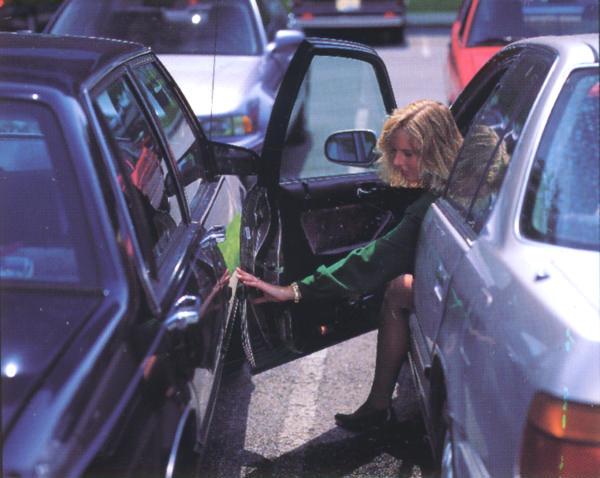 Auto danneggiata nel parcheggio in sosta: cosa fare e come farsi risarcire?