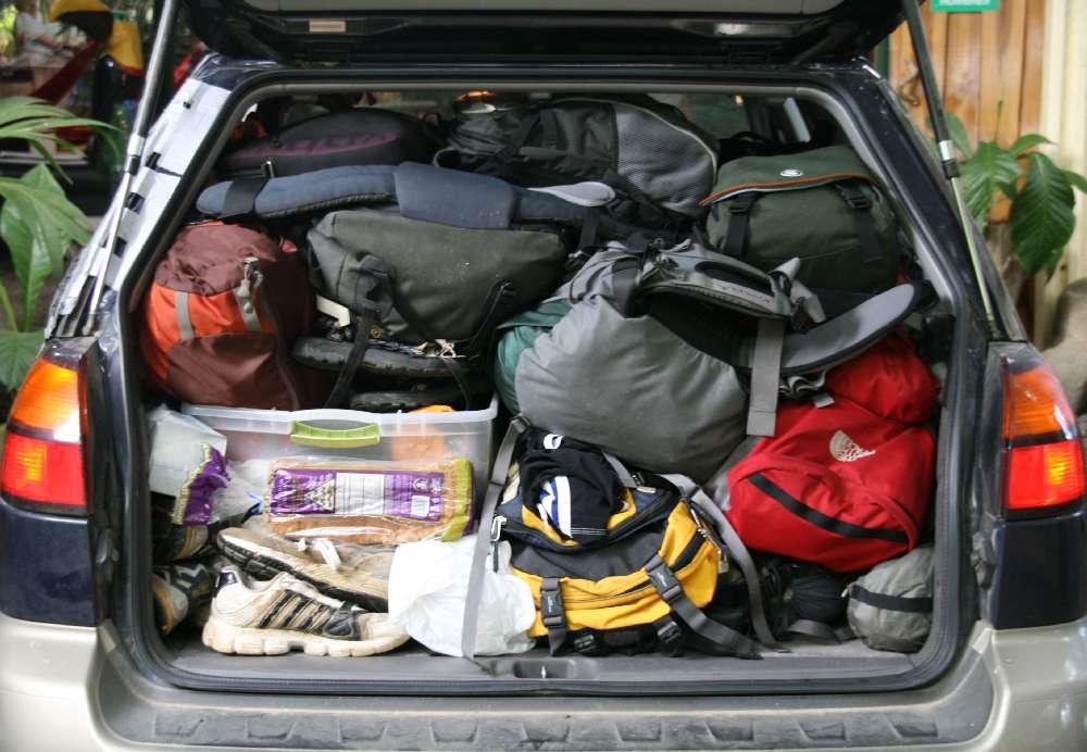 Auto troppo carica di valigie: multe, limitazioni e normative